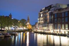 Munttoren wierza przy Muntplein kwadrata Amsterdam holandiami przy półmrokiem Zdjęcia Stock
