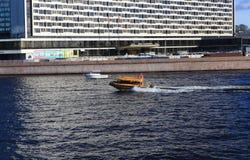 Muova le velocità avanti e indietro della barca lungo Neva River, St Petersburg Immagini Stock Libere da Diritti