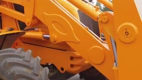 Muovendosi della parte hidraulic del ` s del trattore video d archivio