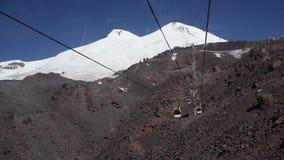 Muovendosi delle cabine della teleferica nella valle della montagna video d archivio