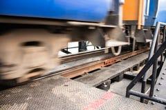 Muovendosi di vecchio treno fotografie stock libere da diritti