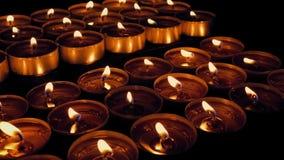 Muovendosi dopo l'esposizione religiosa delle candele archivi video