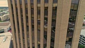 Muovendosi lungo il lato di una delle costruzioni più alte in Boise Idaho archivi video