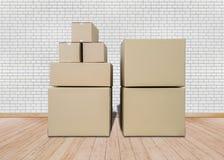 Muovendosi nella nuova casa Stanza vuota con i contenitori di cartone Fotografie Stock Libere da Diritti