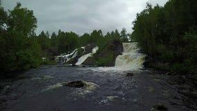 Muovendosi verso il treshold della cascata di Shuoniyoki alla penisola di Kola, la Russia video d archivio