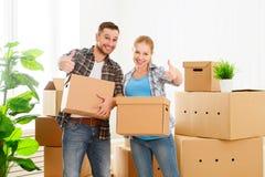 Muovendosi verso un nuovo appartamento Coppie e scatola di cartone felici della famiglia Immagine Stock Libera da Diritti