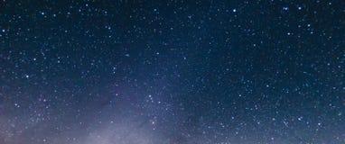 Muoversi al rallentatore della stella e della Via Lattea attraverso il cielo stock footage