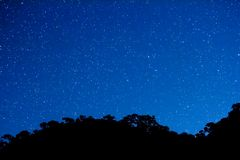 Muoversi al rallentatore della stella e della Via Lattea attraverso il cielo con i dieci ed accamparsi la priorità alta stock footage