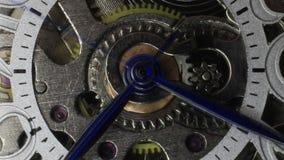 Muoversi degli ingranaggi e delle mani dell'orologio stock footage