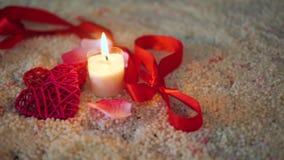 Muoversi del metraggio del biglietto di S. Valentino della decorazione, della combustione della candela e del nastro stock footage