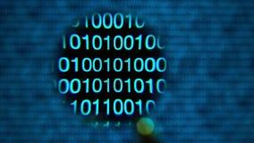 Muoversi della lente d'ingrandimento da sinistra a destra, zeri ed un, blu, parola cripto archivi video