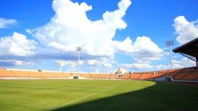 Muoversi dello stadio, del campo di football americano, della nuvola e dell'ombra archivi video