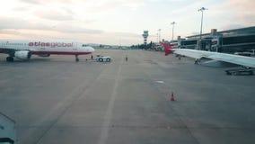 Muoversi globale dell'atlante piano indietro ad Adnan Menderes Airport, Smirne stock footage