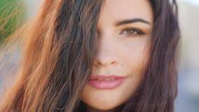 Muoversi perfetto dei capelli del fronte della donna del ritratto del primo piano archivi video