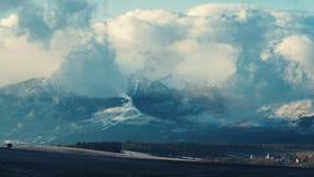 Muoversi si rannuvola le alte montagne di Tatras nell'inverno video d archivio