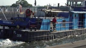 Muoversi vicino tramite il ponte dell'acqua, Magdeburgo, Germania della nave da carico del fiume 30 09 2018 stock footage