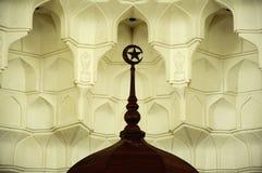 Muqarnas en houten halve maan bij de Luchthaven van Sultan Ismail Airport Mosque - Senai- Stock Fotografie