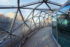 Mur河的海岛由一座现代钢和玻璃桥梁连接了 免版税库存照片