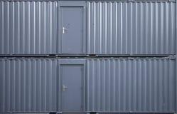 Mur à deux niveaux d'entrepôt en métal avec les portes fermées Texture de photo de fond photographie stock