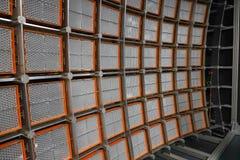 Mur énorme de LED pour examiner des systèmes d'alimentation solaire dans un grand laboratoire photos libres de droits
