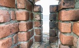 Mur épais des briques avec le fond blanc Image libre de droits