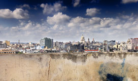 Mur érodé et horizon de la Havane images stock
