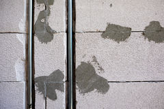 mur aéré de bloc de béton et boîte électrique Photo libre de droits
