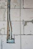 mur aéré de bloc de béton et conduits électriques de boîte Images libres de droits