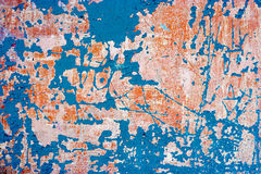 Mur abandonné avec la peinture bleue dessus Fond sale avec le plâtre superficiel par les agents et la peinture destroied photos libres de droits