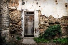 Mur abandonné avec la porte en bois à l'Antigua, Guatemala, Amérique Centrale photo libre de droits