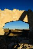 mur abandonné d'horizontal de trou d'usine Image stock