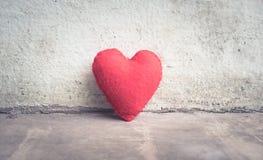 mur abstrait blanc de coeur rouge de vintage Photographie stock