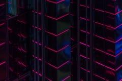Mur abstrait de l'éclairage élevé moderne du gratte-ciel, bâtiment rougeoyant mené vif lumineux de contre-jour, Futuriste moderne image stock