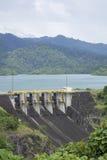 Mur affleurant de barrage derrière la forêt verte photos stock