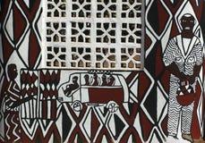 Mur africain de boue avec la peinture contemporaine, Ghana Photo stock