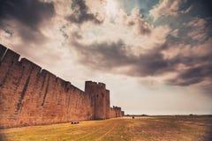 Mur antique de forteresse d'Aigues-Mortes images libres de droits