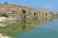 Mur antique se reflétant dans l'étang en parc archéologique de Nahal Taninim, Israël Photographie stock libre de droits