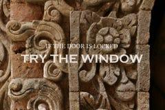 Mur antique trouble avec la citation inspirée - si la porte est essai verrouillé la fenêtre photo libre de droits