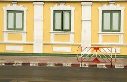 Mur au ministère thaïlandais du mur de defenceYellow au ministère de la Défense thaïlandais Image libre de droits