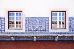 Mur avec de vieilles tuiles et fenêtres portugaises Image stock