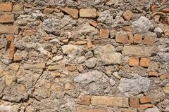 Mur avec des blocs et des briques de basalte photos stock
