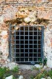 Mur avec des grilles Photos libres de droits