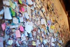 Mur avec des notes d'amour à Vérone Image stock