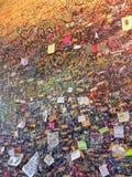 Mur avec des notes d'amour à Vérone, Italie à côté de Juliet's célèbre Photo libre de droits