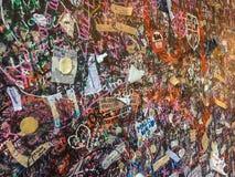 Mur avec des notes d'amour à Vérone, Italie à côté de Juliet's célèbre Photo stock
