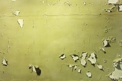 Mur avec hors fonction enlevée la peinture verte Photographie stock