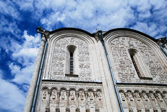 Mur avec l'église orthodoxe de modèles sous un ciel bleu avec le beautif Photos libres de droits