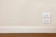 Mur avec l'étage et la prise de courant en bois Photo stock