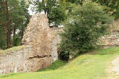 Mur avec la cave sur le château de Velhartice images stock