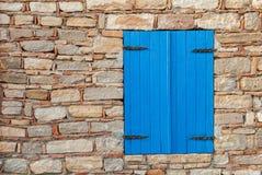 Mur avec la fenêtre bleue Image stock